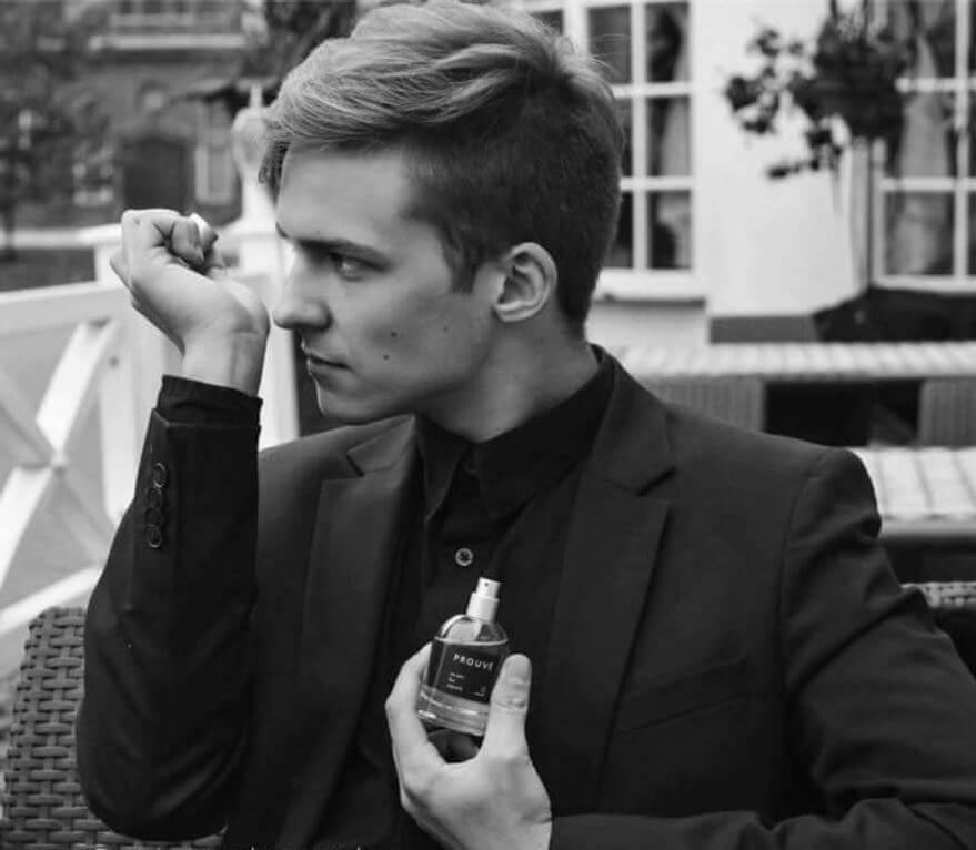 Modelo oliendo Perfumes Prouvé