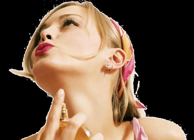mujer se perfuma con perfumes de elaboracion francesa de prouvé